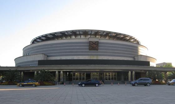 一、国家会议中心    地理位置:北京市朝阳区天辰东路7号(地铁8号线 奥林匹克公园站)   会场数量:40   最大会场面积:22000平方米   最多容纳人数:19000   距火车站:22.4公里 距飞机场:26.9公里 距市中心:17.4公里   二、人民大会堂    地理位置:北京市西城区西长安街(地铁1号线 天安门西站)   会场数量:11   最大会场面积:7980平方米   最多容纳人数:10000   距火车站:5.